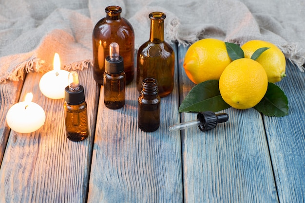Butelki z pompką do oleju, świece i cytryny