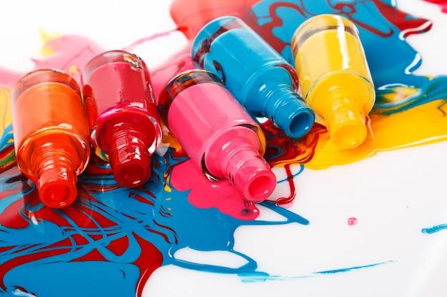 Butelki z rozlanym lakierem do paznokci