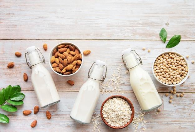 Butelki z różnymi rodzajami mleka roślinnego - sojowym, migdałowym i owsianym