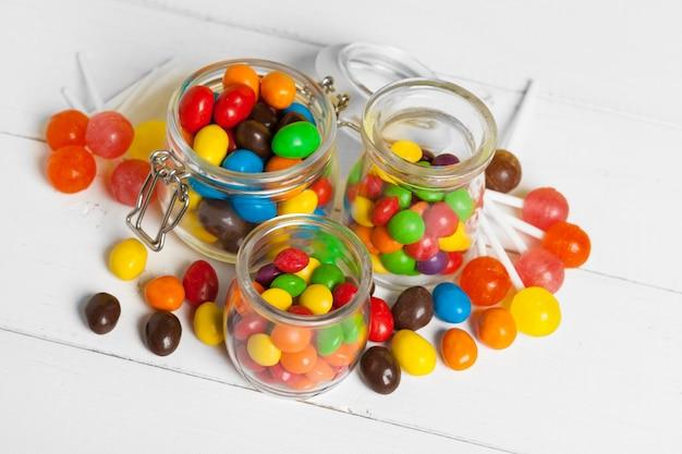 Butelki z słodkie cukierki na stole