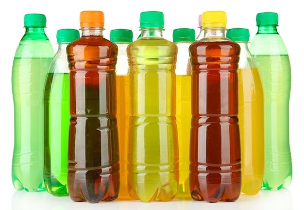 Butelki ze smacznymi napojami, na białym tle