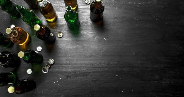 Butelki ze świeżym piwem. na czarnej tablicy.