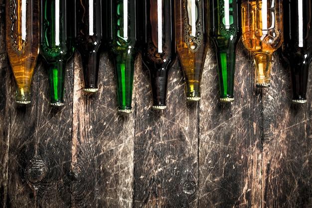 Butelki ze świeżym piwem. na drewnianym tle.