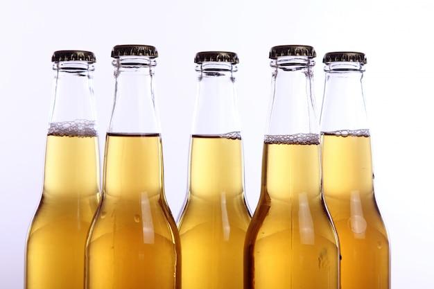 Butelki zimnego i świeżego piwa.