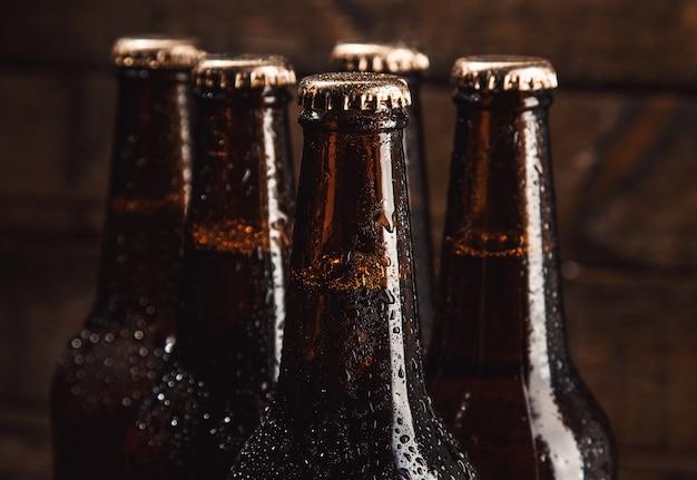 Butelki zimnego piwa