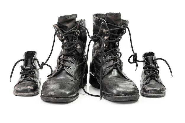 Buty bojowe dla dorosłych i dzieci w koncepcji rodziny na białym tle