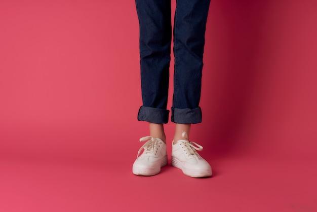 Buty damskie przycięte widok pozowanie różowe tło