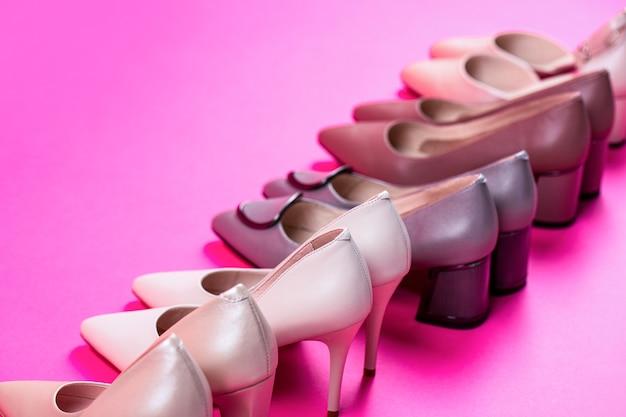 Buty damskie. stylowe klasyczne damskie skórzane buty. wysoki obcas buty damskie na czerwonym tle. pojęcie piękna i mody. modne buty damskie na białym tle na różowym tle.