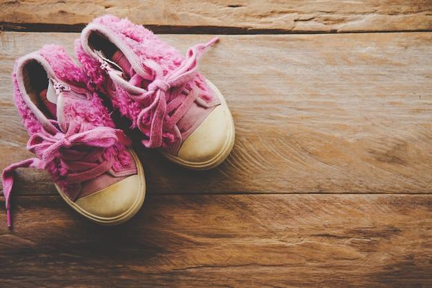 Buty dla dzieci na drewnianej podłodze