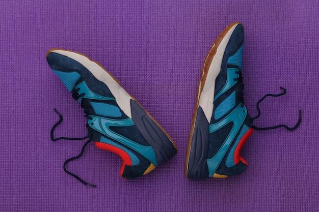 Buty do biegania na fioletowym tle. widok z góry