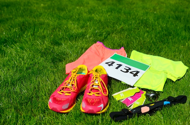 Buty do biegania, numer startowy (numer) maratonu, sprzęt biegaczy i żele energetyczne