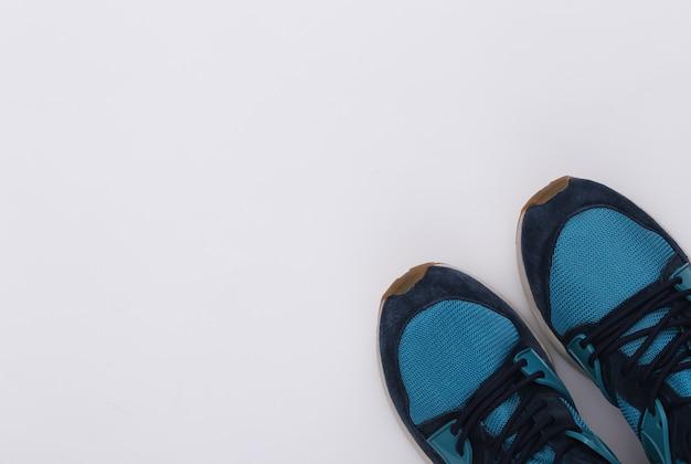 Buty do biegania (trampki) na białym tle. zdrowy styl życia, trening fitness. widok z góry