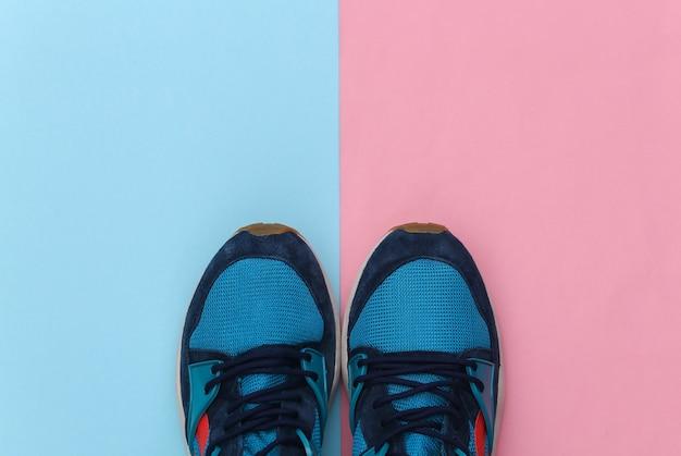 Buty do biegania (trampki) na różowym niebieskim tle pastelowych. zdrowy styl życia, trening fitness. widok z góry