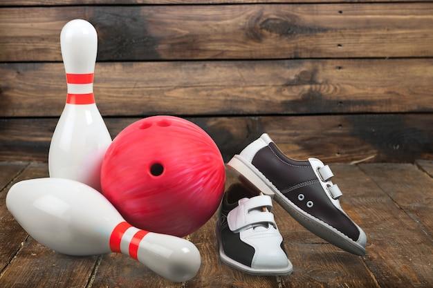 Buty do kręgli i piłka na tle