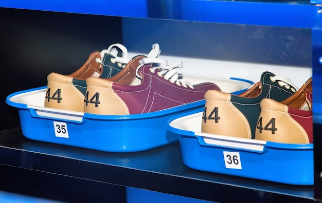Buty do kręgli na półce