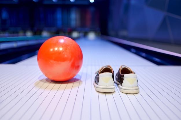 Buty do piłki i domu, kręgle, koncepcja gry