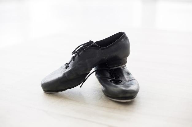 Buty do tańca na drewnianej podłodze