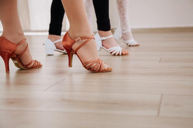 Buty do tańca stopy tancerzy w butach do tańca brak twarzy narody nogi ludzie taniec koncepcja