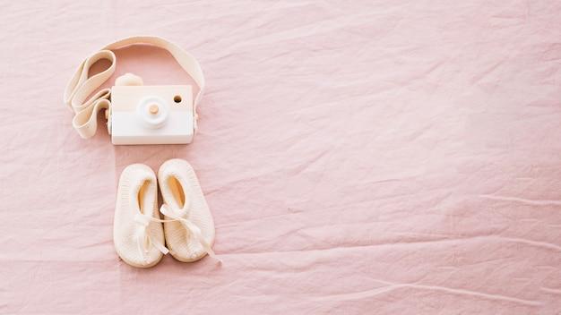 Buty dziecięce i aparat fotograficzny
