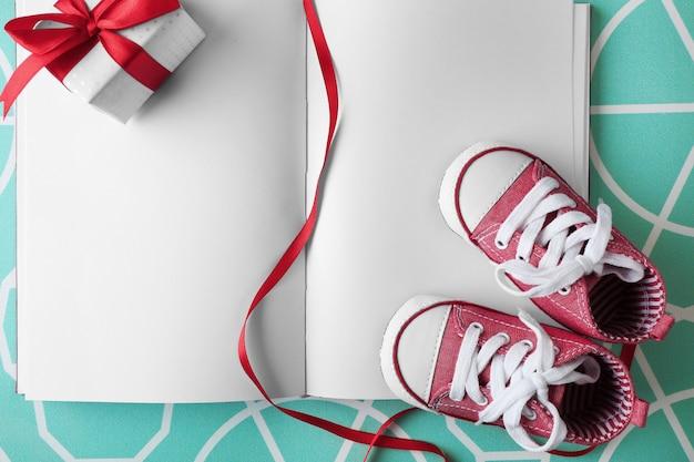 Buty dziecięce i notatnik