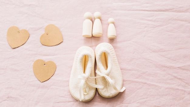 Buty dziecięce i papierowe serca