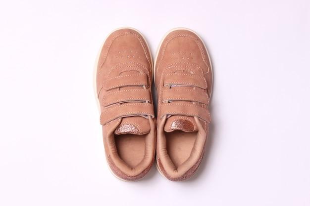 Buty dziecięce na jasnym tle widok z góry obuwie dziecięce