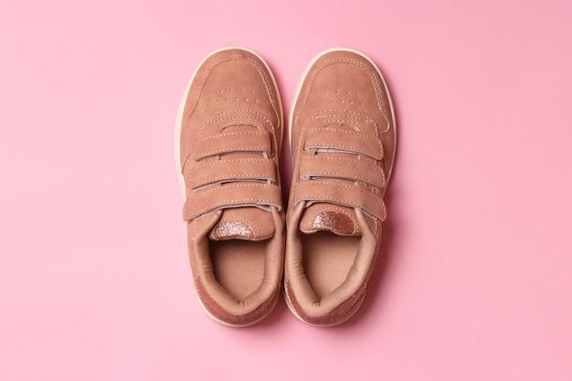 Buty Dziecięce Na Kolorowym Tle Widok Z Góry Obuwie Dziecięce Premium Zdjęcia