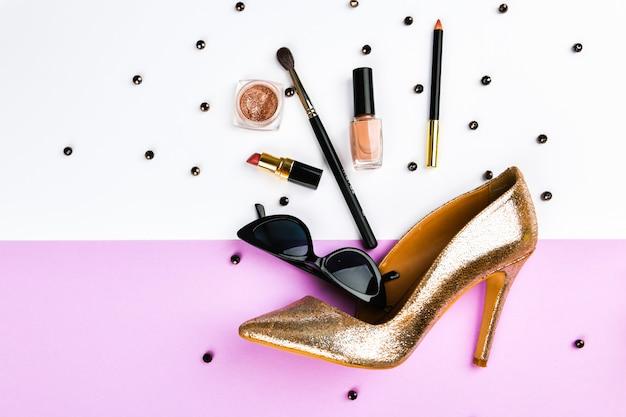 Buty i akcesoria damskie. akcesoria koszowe i damskie. akcesoria damskie, na różowym tle pastelowym. pojęcie piękna i mody. widok z góry, płaski minimalizm. leżał płasko