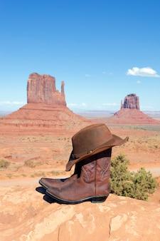 Buty i czapka przed monument valley, usa