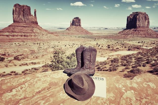 Buty i kapelusz w słynnej monument valley w usa