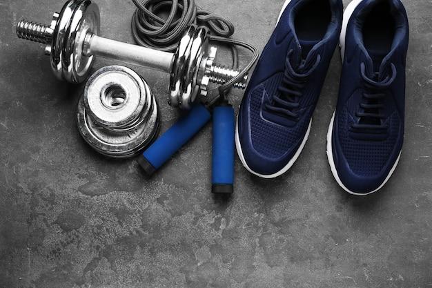 Buty i sprzęt sportowy na szaro