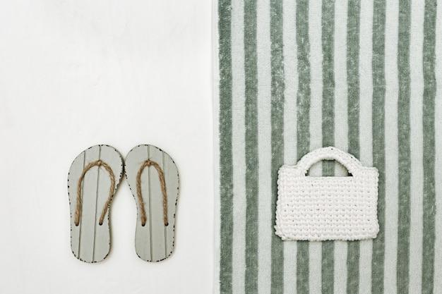 Buty letnie, torebka damska, ręcznik frotte, akcesoria plażowe