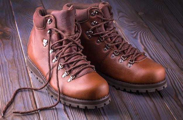 Buty męskie. zimowe buty męskie na drewnianym tle.
