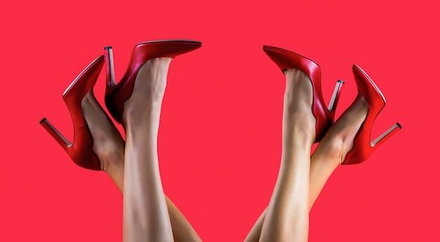 Buty na wysokim obcasie. piękne nogi kobiety. ładne kobiece nogi z czerwonymi szpilkami