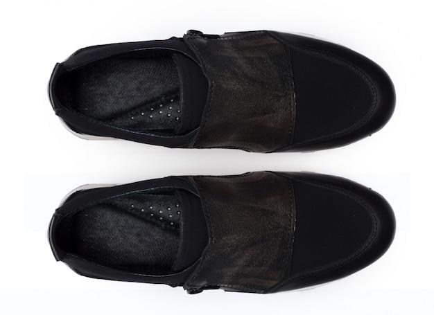 Buty odizolowywający na białym tle.