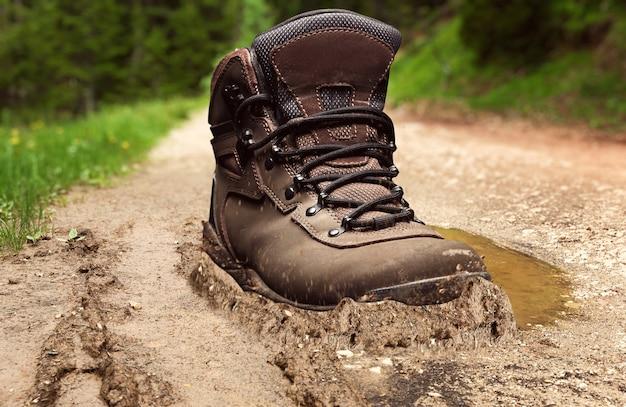 Buty śledzące w błocie