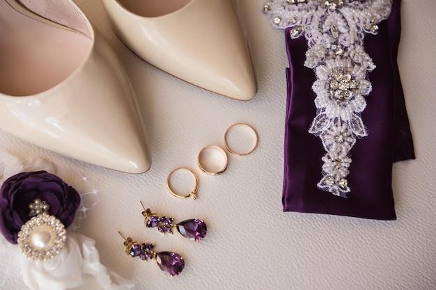 Buty ślubne, biżuteria, pas do pończoch oraz obrączki ślubne i ślubne