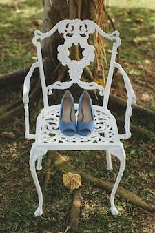 Buty ślubne damskie na krześle