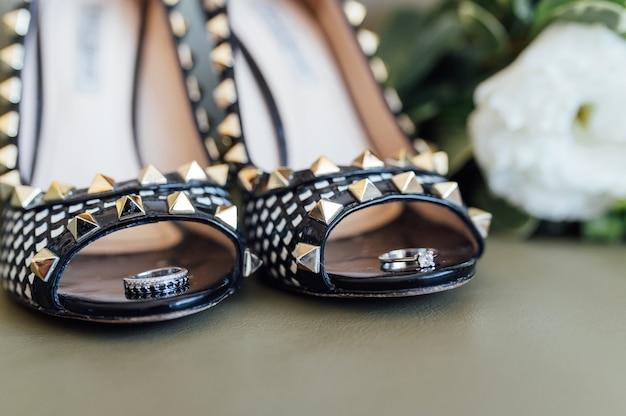 Buty ślubne, pierścionki i bukiet ślubny