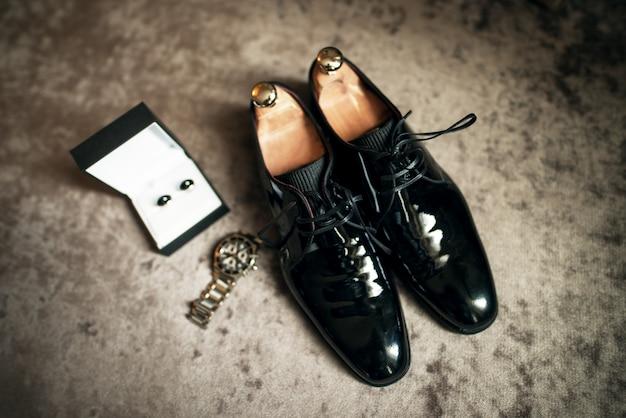Buty ślubne, zegarek i spinki do mankietów