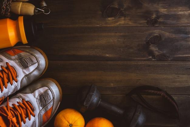 Buty sportowe i owoce na drewnianym stole