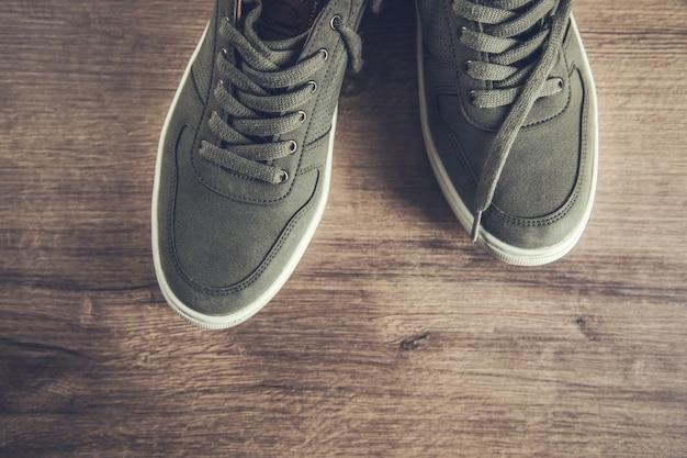 Buty sportowe na brązowym tle drewnianych