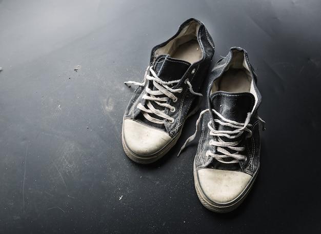 Buty sportowe na podłodze
