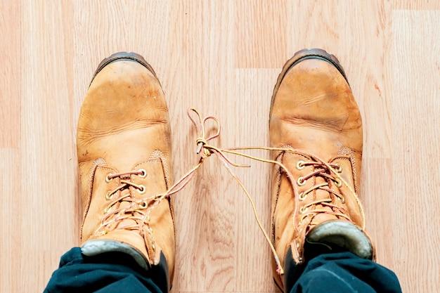 Buty sznurowadła związane ze sobą w aprilis b