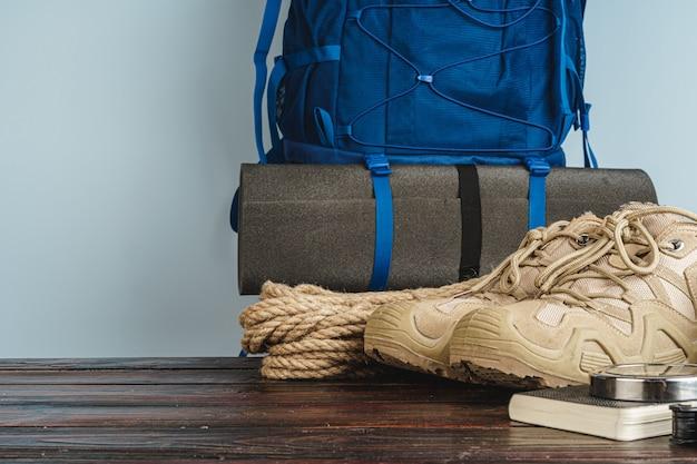 Buty turystyczne i linowy motek na drewnianej desce
