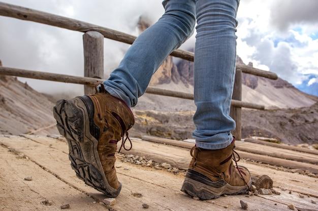 Buty turystyczne z bliska. turysta spacerujący po szlaku. włochy
