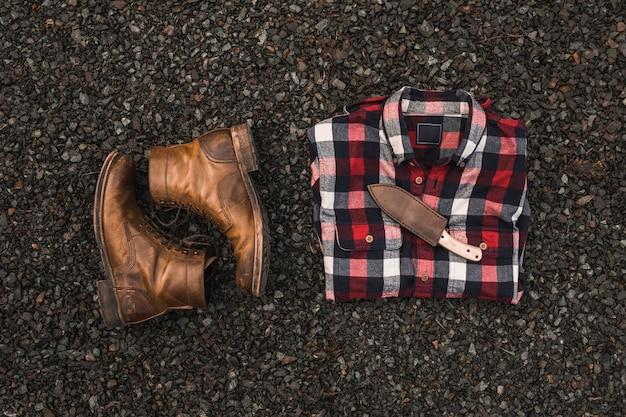Buty w pobliżu koszuli i noża