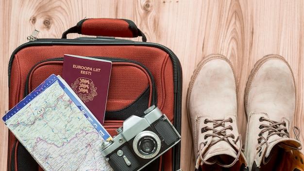 Buty w pobliżu zapasów turystycznych i walizki