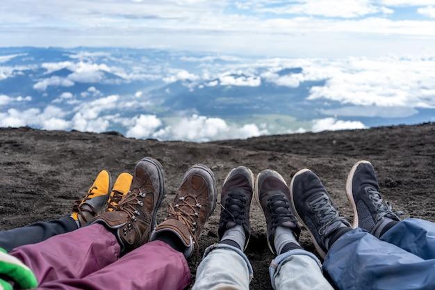 Buty wędrowców spoczywały na szlaku yoshida na górze fuji w sezonie wspinaczkowym