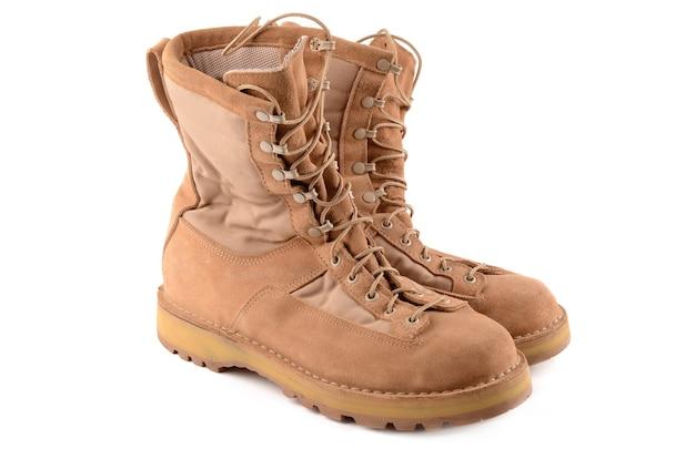 Buty wojskowe na białym tle